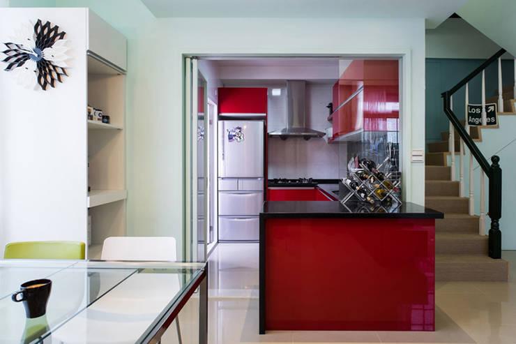 開放廚房:  廚房 by 果仁室內裝修設計有限公司