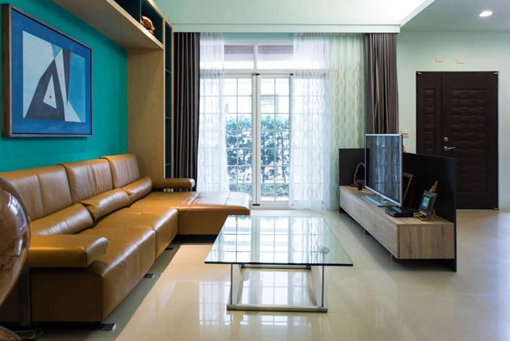 景觀客廳:  客廳 by 果仁室內裝修設計有限公司