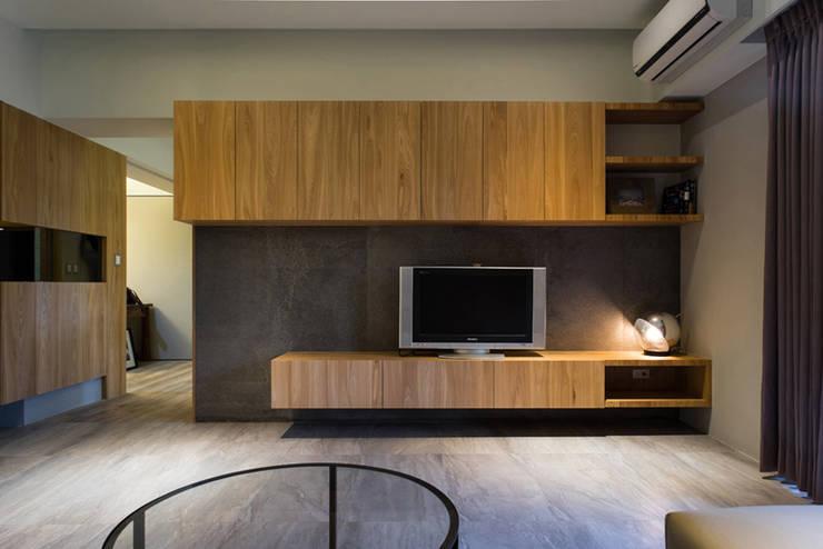 客廳電視牆:  客廳 by 果仁室內裝修設計有限公司
