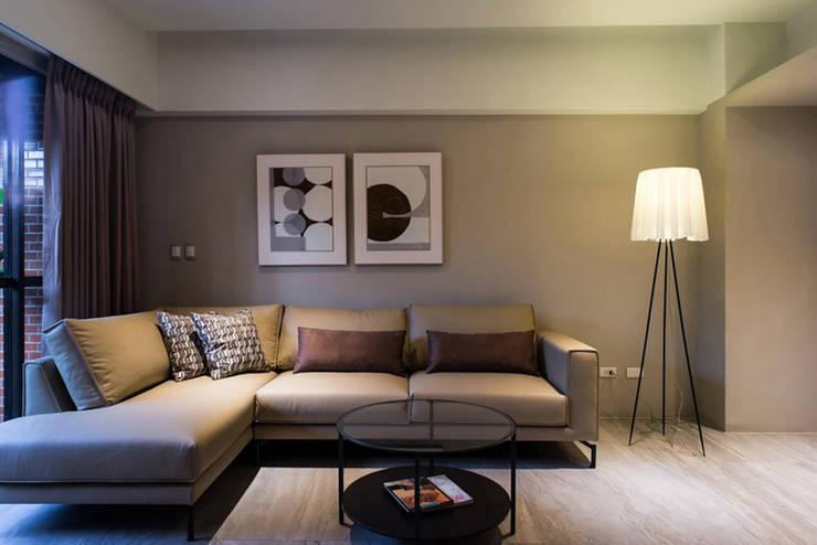 大地色系客廳:  客廳 by 果仁室內裝修設計有限公司