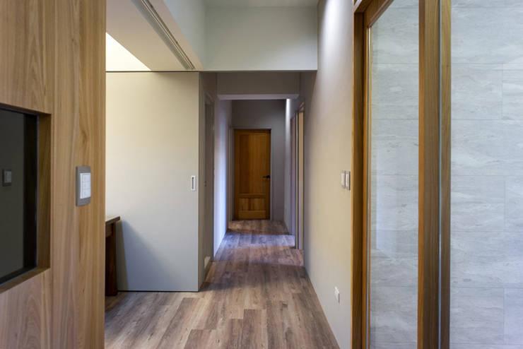 走道:  走廊 & 玄關 by 果仁室內裝修設計有限公司