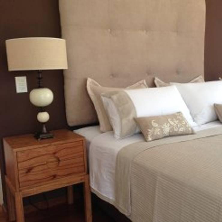 DISEÑO INTERIOR Y DE MOBILIARIO DE UN DEPARTAMENTO EN CABALLITO: Dormitorios de estilo  por Arquitecta MORIELLO,