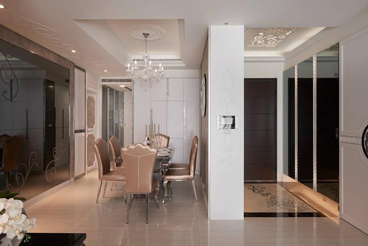 溫暖的玻璃光藝術:  走廊 & 玄關 by 趙玲室內設計