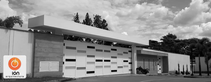 PORTADA Y FACHADA DE ACCESO  CASA CIUDAD JARDIN : Casas de estilo minimalista por ION arquitectura SAS