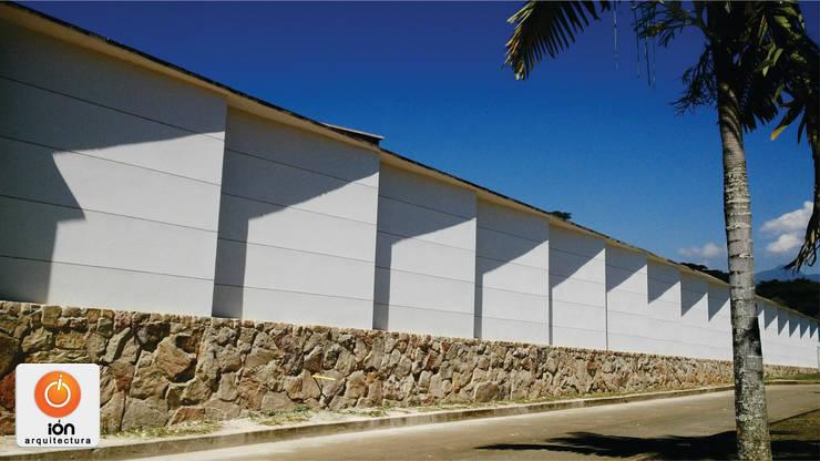 CERRAMIENTO ARQUITECTONICO JUEGOS DE SOMBRAS: Casas de estilo minimalista por ION arquitectura SAS