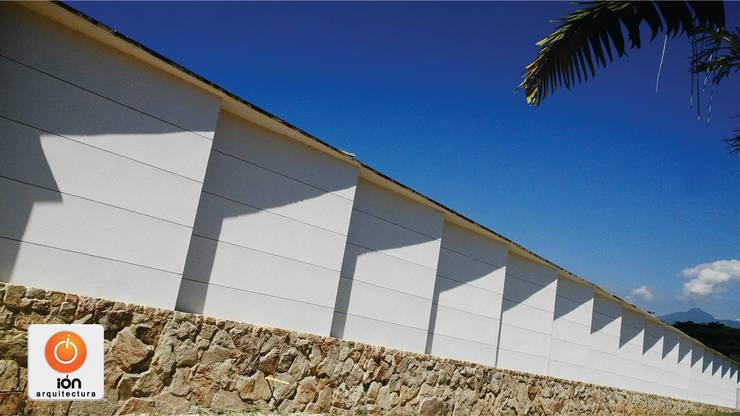 CERRAMIENTO ARQUITECTONICO JUEGOS DE SOMBRAS: Casas de estilo  por ION arquitectura SAS