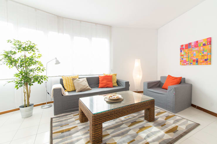 Home Staging con sofás de cartón: Salones de estilo  de Impuls Home Staging en Barcelona