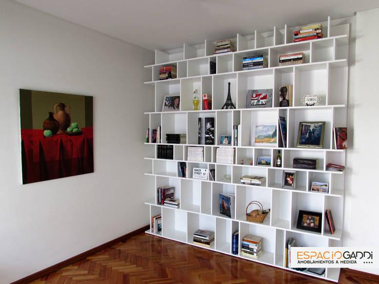 Biblioteca vista de frente.: Livings de estilo  por Espacio Gaddi,