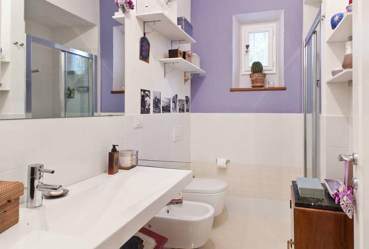 Da un vecchio appartamento a un piccolo gioiello: Bagno in stile  di ELEFTERIADIS ARCHITECTS