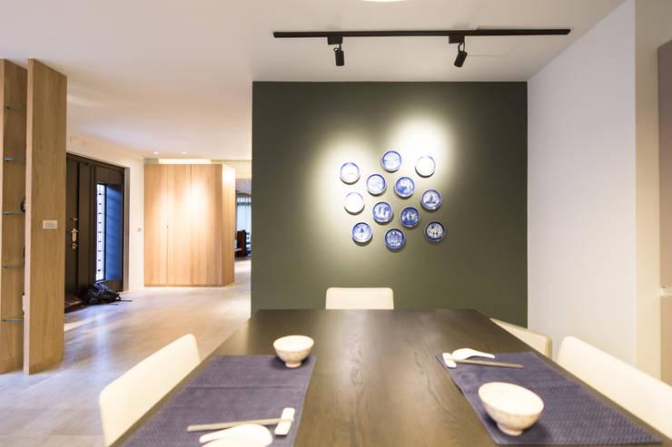 餐廳主牆面:  餐廳 by 果仁室內裝修設計有限公司