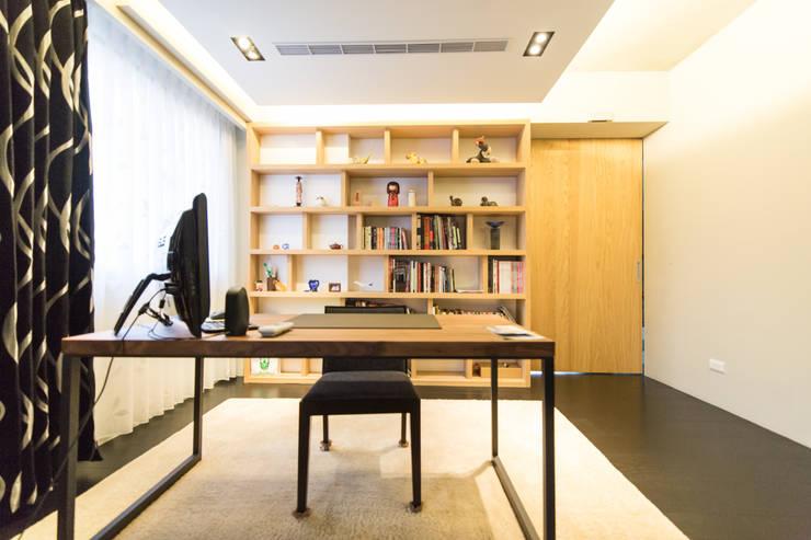 主臥室書房:  書房/辦公室 by 果仁室內裝修設計有限公司