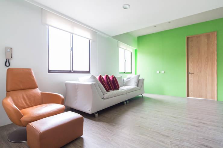 起居室:  客廳 by 果仁室內裝修設計有限公司