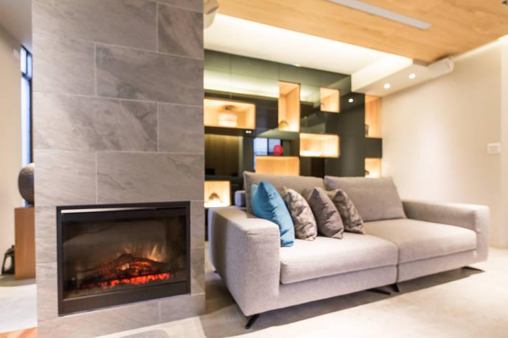 崁入式電壁爐:  客廳 by 果仁室內裝修設計有限公司