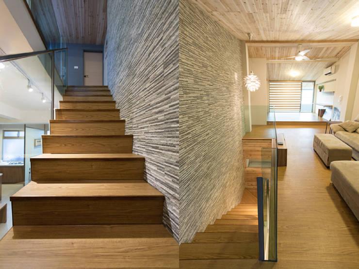 通往頂層樓梯間:  樓梯 by 果仁室內裝修設計有限公司