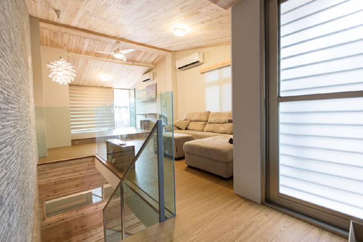 頂樓起居室:  客廳 by 果仁室內裝修設計有限公司