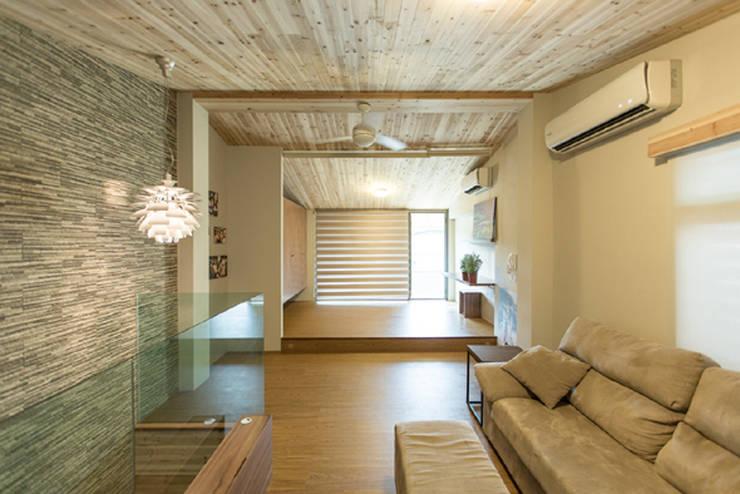 頂樓開放空間:  客廳 by 果仁室內裝修設計有限公司