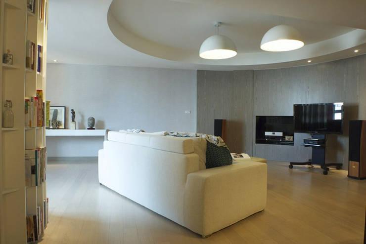 客廳視聽空間:  客廳 by 果仁室內裝修設計有限公司