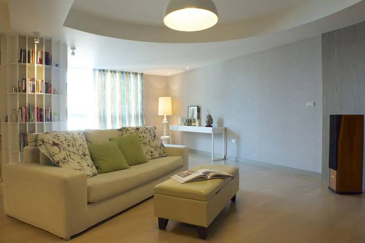 客廳開放空間:  客廳 by 果仁室內裝修設計有限公司