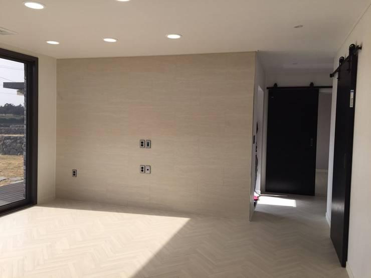 제주애월전원주택: 원건축의  거실