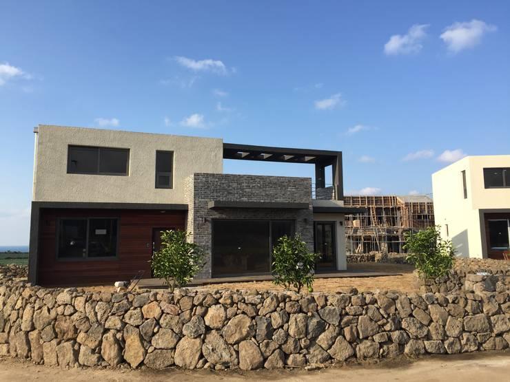제주애월전원주택: 원건축의  주택