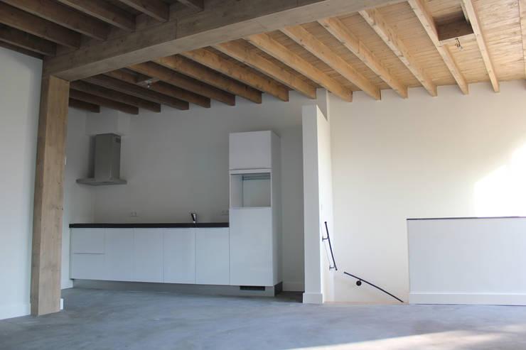 Grote open keuken/woonkamer:   door Jules Design & Development, Industrieel