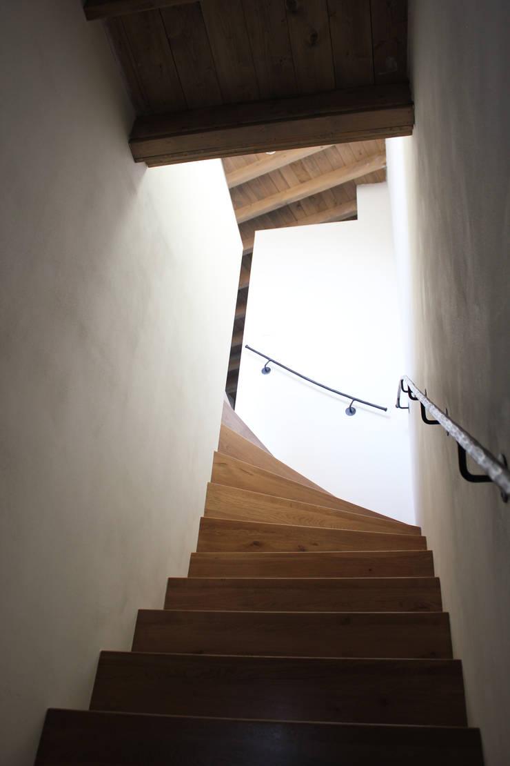 Toegang tot bovenste appartement:   door Jules Design & Development, Industrieel
