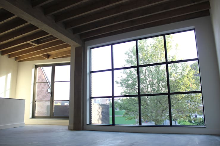 Uitzicht bovenste appartement:   door Jules Design & Development, Industrieel