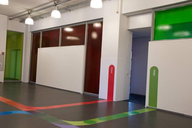 aftakkingen van de metrolijnen naar de afzonderlijke vergaderruimtes:  Congrescentra door INinterieurs, Modern