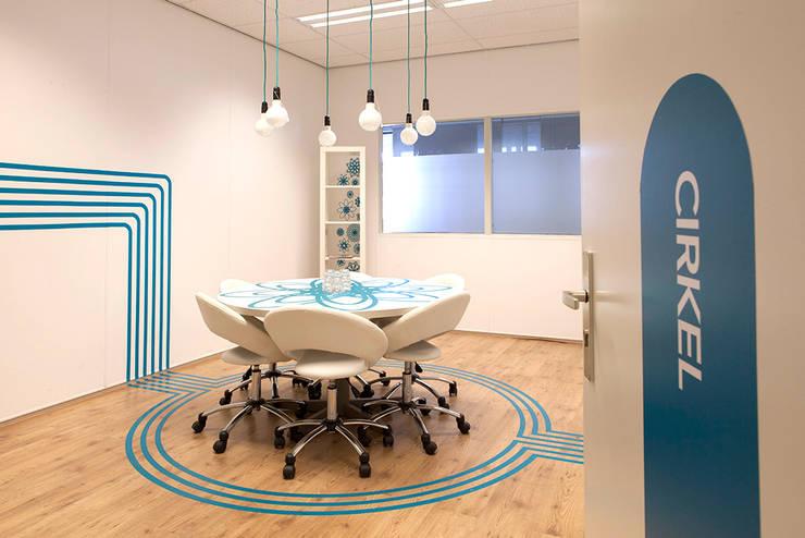 """creatieve vergaderruimte """"cirkel"""":  Kantoor- & winkelruimten door INinterieurs, Modern"""