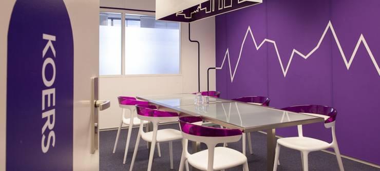 """zakelijke vergaderkamer """"koers"""" :  Kantoor- & winkelruimten door INinterieurs, Modern"""