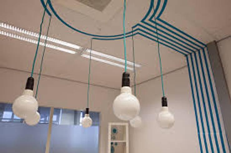 """detail van de ideeënlampjes bij ruimte """"Cirkel"""" : modern  door INinterieurs, Modern"""