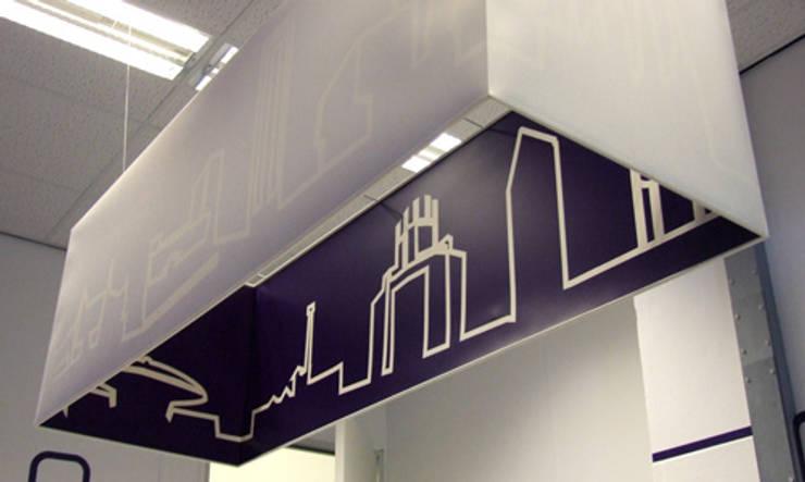 detail lampenkap koers met Skyline van gebouwen Eindhoven: modern  door INinterieurs, Modern