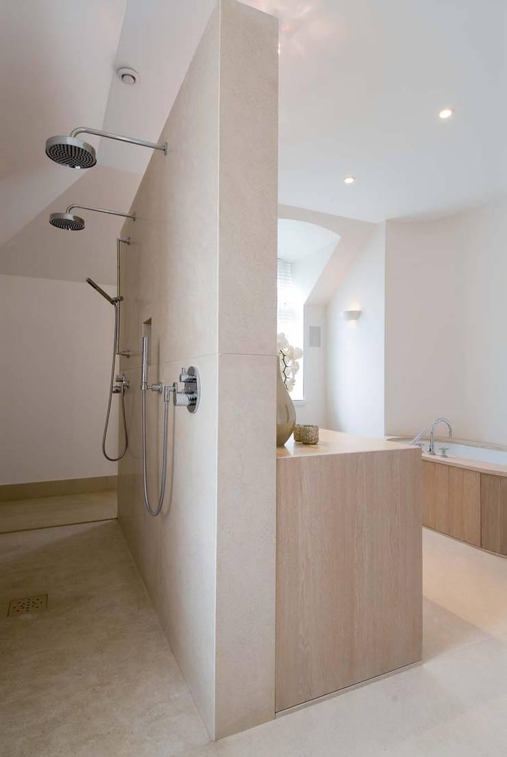 badkamer met warme uitstraling, met hout en natuursteen:  Badkamer door kb ontwerpbureau bvba, Modern Zandsteen