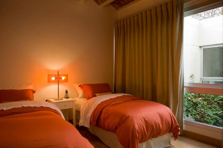 CASA EN PALERMO: Dormitorios de estilo  por Arquitecta MORIELLO,