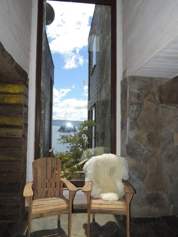 casa Bambach – Vial: Pasillos y hall de entrada de estilo  por David y Letelier Estudio de Arquitectura Ltda.