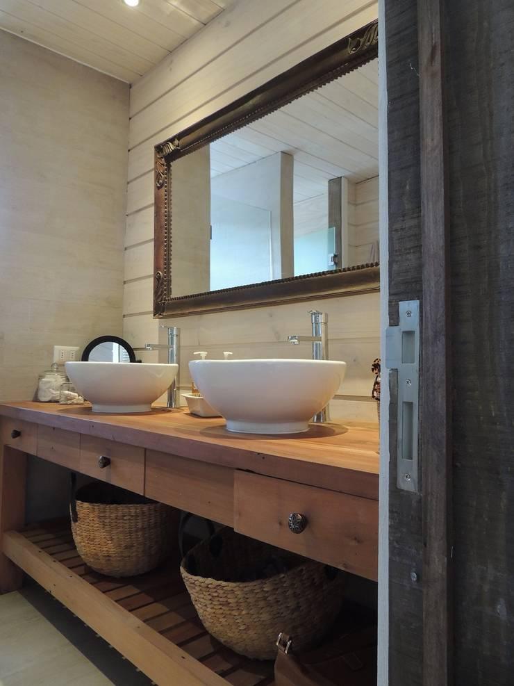 casa Bambach – Vial: Baños de estilo  por David y Letelier Estudio de Arquitectura Ltda.