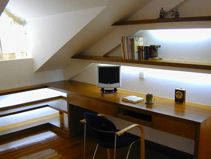 閣樓書房:  書房/辦公室 by 果仁室內裝修設計有限公司