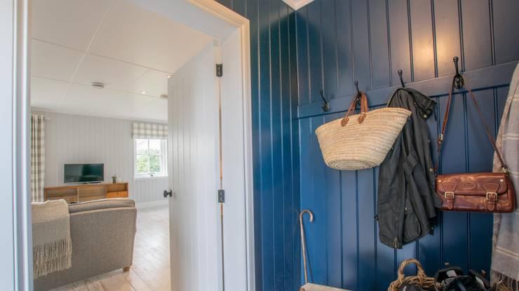 Pasillos y recibidores de estilo  por The Wee House Company,