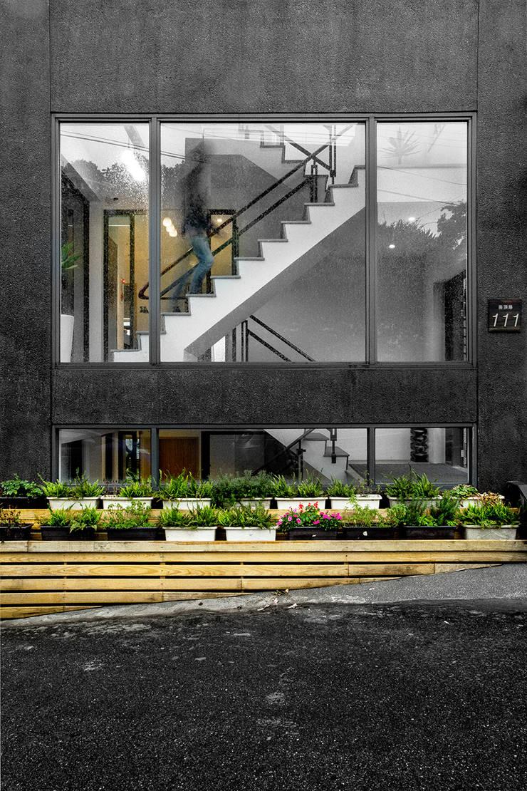 【聽風的歌 九份民宿設計案】:  飯店 by 衍相室內裝修設計有限公司
