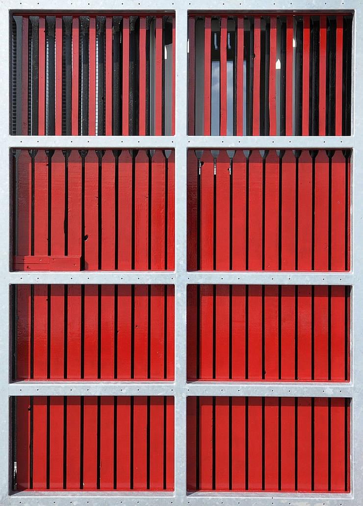 Clubgebouw, buitendeur :  Bars & clubs door Hugo Caron Architecten bna