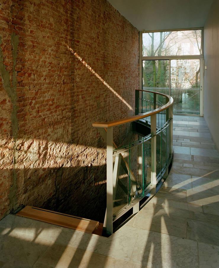 trappenhuis woonhuis:  Gang en hal door Hugo Caron Architecten bna, Modern