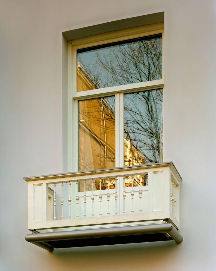 Balkon Achtergevel:  Huizen door Hugo Caron Architecten bna, Modern