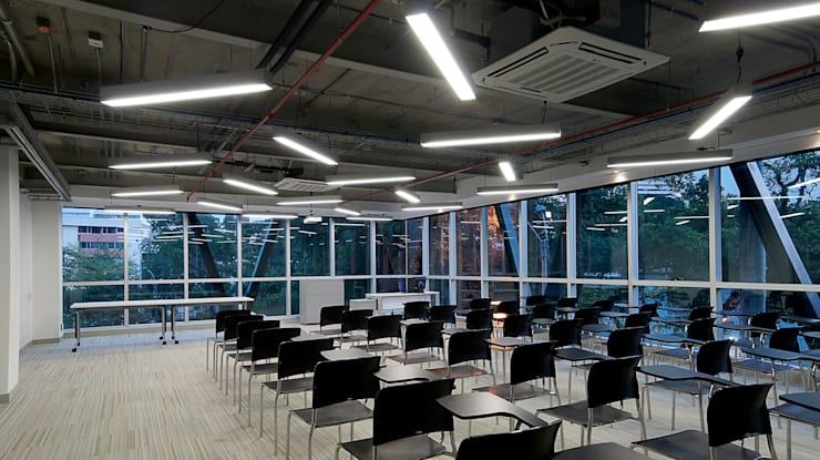 Iluminación Oficinas ACCION PLUS – Cali: Salas multimedia de estilo  por Espacio y luz S.A.S., Moderno