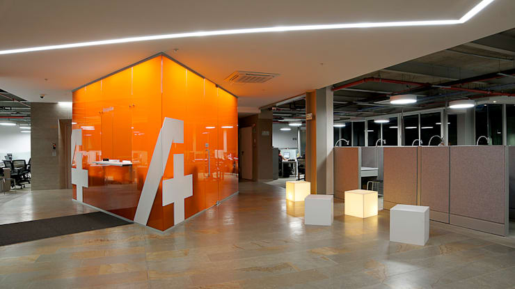 Iluminación Oficinas ACCION PLUS – Cali: Pasillos y vestíbulos de estilo  por Espacio y luz S.A.S., Moderno