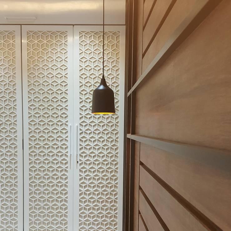 Talreja Residence:  Bedroom by Ramnani & Associates