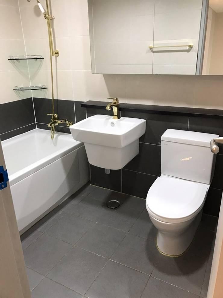 황금색 수전의 고급스런 욕실 (32평 아파트 인테리어) : 유쾌한녀석들의  욕실