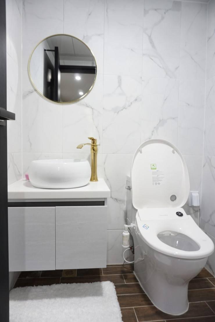 황금색 수전의 고급스런 욕실 (32평 아파트 인테리어) : 유쾌한녀석들의  욕실,