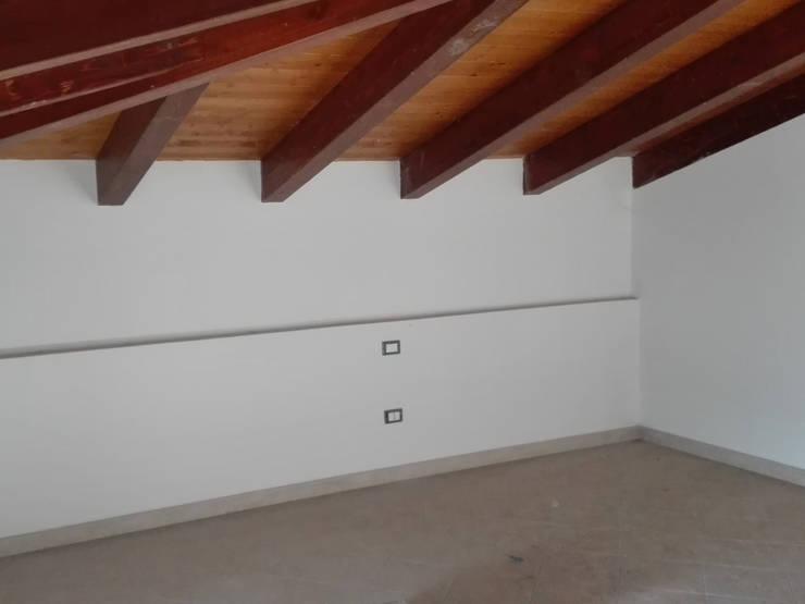 PRIMA: Camera da letto in stile  di Sonia Santirocco architetto e home stager