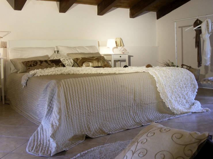 DOPO: Camera da letto in stile  di Sonia Santirocco architetto e home stager