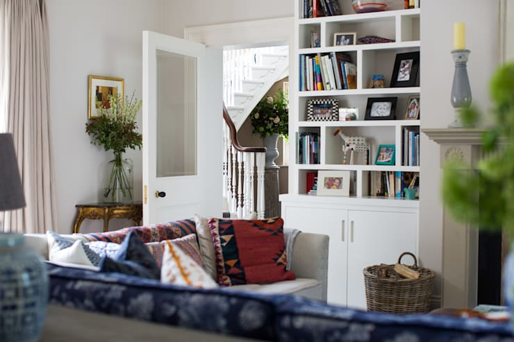 Country Manor Living Room  : classic Living room by Thompson Clarke